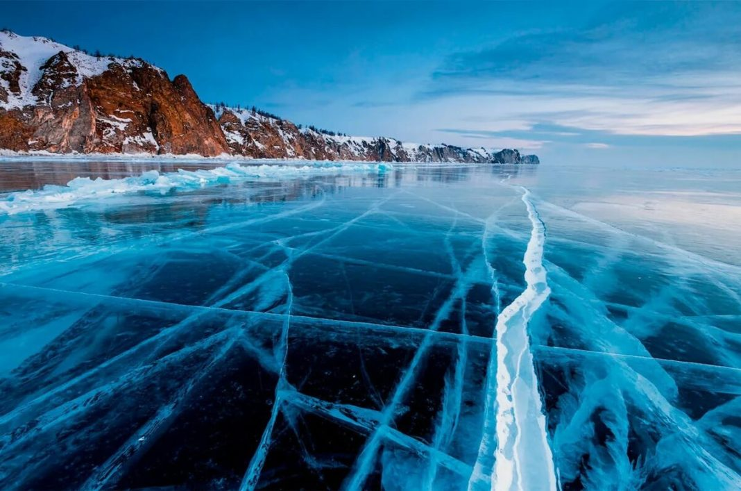 на Байкале провалилась машина с иностранными туристами под лед